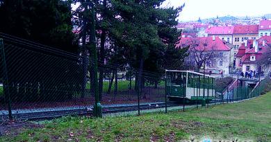 Z Újezda na Petřín lanovka je mimo provoz.