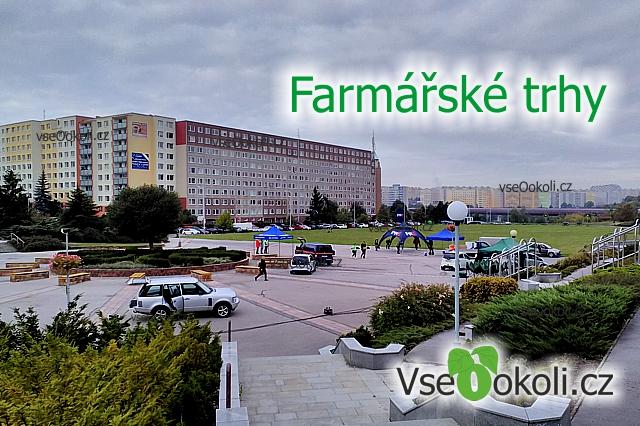 Před radnicí Prahy 13 jesou každý pondělí farmářské trhy.
