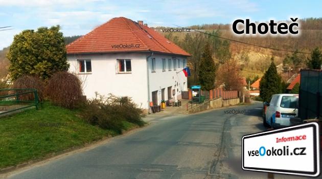 Vedle úřadu Choteč se nachází rybník a hasičký sbor.