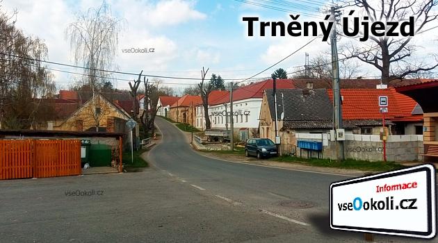 Náměstí v Trněným Újzedu vedle Mezouně.