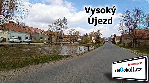 Náves s kapličkou a rybníkem uprostřed obce Vysoký Újezd.