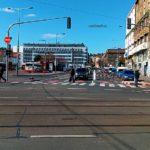 Autobusy parkují kousek od stavby nových bytů a administrativních budov.