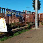 Ošumtelí plot se nachází na ulici Nádražní vedoucí ze Smíchovského nádraží na Anděl.