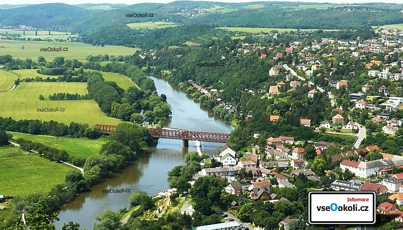 Dobřichovice z dálky přes Mokropsy. Brounka u které se nachází viadukt a také pláž pro lidi.